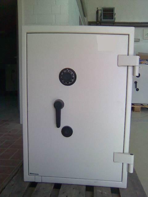 tresor tresore safes wertschutzschrank panzerschrank gebraucht g nstig. Black Bedroom Furniture Sets. Home Design Ideas
